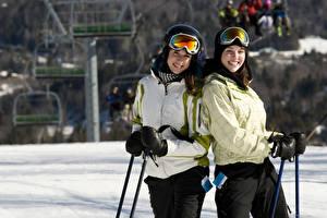 Фотография Лыжный спорт 2 Улыбка Очки Куртка Девушки