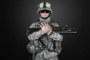 Картинки Солдаты Автоматы Черный фон Униформа Перчатки Очки