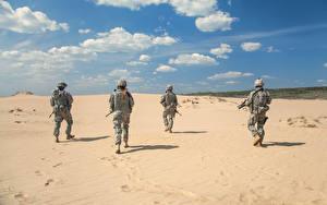 Картинки Солдаты Униформа Песок Сзади Армия