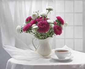 Фото Натюрморт Астры Ваза Чашка Стол Цветы