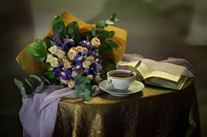 Фотография Натюрморт Букеты Розы Ирисы Чай Чашка Книга Стол Цветы