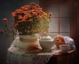 Фото Натюрморт Хризантемы Чайник Булочки Стол Чашка Пища