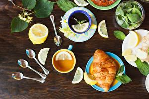 Фотографии Чай Лимоны Круассан Доски Чашка Ложка Лист Продукты питания