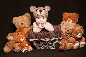 Картинка Мишки На черном фоне Младенца Шапка Корзинка ребёнок