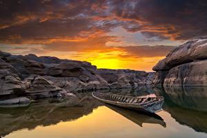 Картинка Таиланд Рассвет и закат Река Лодки Небо Каньон Облака Скале Ubonratchathani Природа