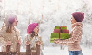 Картинки Втроем Девочки Мальчики Подарки Шапки Улыбка Ребёнок