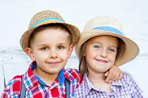 Обои 2 Мальчики Девочки Улыбка Шляпа Взгляд Ребёнок