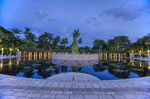 Картинка Штаты Парки Пруд Памятники Вечер Флорида Руки Уличные фонари Holocaust Memorial