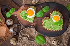 Картинки День всех влюблённых Хлеб Разделочная доска Сердца Яйцами Листва Еда