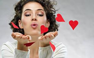Обои День всех влюблённых Шатенка Руки Сердечко Девушки