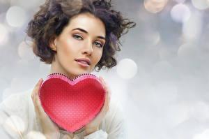 Фотография День всех влюблённых Шатенка Сердечко Смотрит Руки Девушки