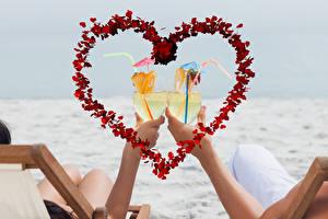 Картинка День всех влюблённых Коктейль Руки Бокалы Сердечко 2 Пища
