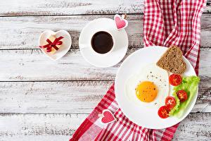 Фотография День святого Валентина Кофе Овощи Хлеб Доски Завтрак Тарелка Яичница Чашка Сердце Подарки Пища