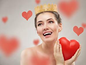 Обои День святого Валентина Корона Сером фоне Радостная Сердце Руки девушка