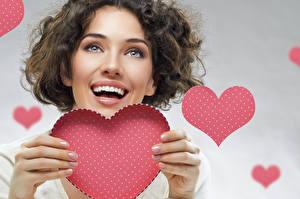 Фото День всех влюблённых Пальцы Серый фон Шатенки Сердечко Радость молодые женщины