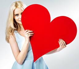 Фотографии День святого Валентина Серый фон Блондинок Сердечко Рука Девушки