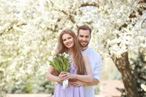 Фото День всех влюблённых Любовь Тюльпаны Мужчины 2 Русые Улыбка Девушки