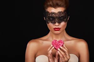 Обои День всех влюблённых Маски Пальцы Черный фон Серце молодые женщины