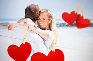Картинка День всех влюблённых Мужчины Любовь 2 Блондинка Сердечко Улыбка Объятие Девушки