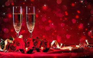 Фото День всех влюблённых Розы Свечи Игристое вино Красный Красный фон Бокалы Сердечко Цветы Еда