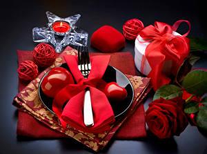 Картинки День всех влюблённых Розы Свечи Красный Сердечко Тарелка Подарки