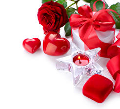 Фотографии День всех влюблённых Розы Свечи Белый фон Красный Сердечко Подарки Бантик Коробка Цветы