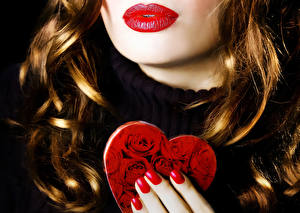 Фото День всех влюблённых Розы Красные губы Сердечко Волосы Маникюр Девушки