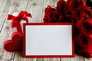 Картинки День святого Валентина Розы Доски Шаблон поздравительной открытки Красный Подарки Сердечко Цветы