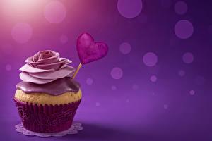 Фотографии День святого Валентина Сладости Пирожное Розы Капкейк кекс Цветной фон Сердечко Продукты питания
