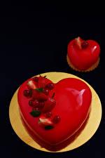 Картинки День всех влюблённых Сладости Торты Пирожное Ягоды Черный фон Тарелка Продукты питания