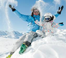 Обои Зима Мужчина Снега Двое Куртках Шлем Руки Очков Дети