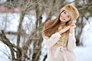 Фотография Зимние Улыбка Шапки Руки Шатенка Девушки
