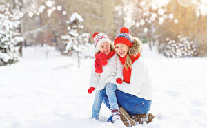 Фото Зимние 2 Девочки Улыбка Шапки Шарф