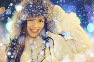 Картинка Зима Шапки Улыбка Девушки