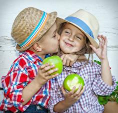 Картинка Яблоки Девочки Мальчики 2 Шляпа Поцелуй Счастье Руки Ребёнок