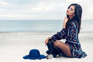 Обои Пляж Брюнетка Сидит Шляпа Платье Девушки