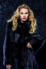 Обои Блондинка Меховая одежда Взгляд Девушки