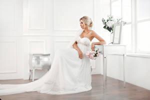 Обои Букеты Блондинка Невеста Сидящие Платье Девушки