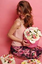 Фотография Букеты Цветной фон Шатенка Улыбка Сидящие Девушки