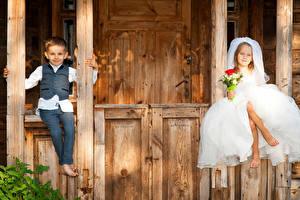 Картинки Букеты 2 Девочки Мальчики Жених Невеста Сидящие Платье Ребёнок