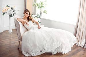 Картинки Шатенка Невеста Платье Сидит