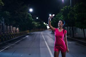 Фотография Брюнетка Ночные Смартфон Улыбка Майка Селфи Девушки Спорт