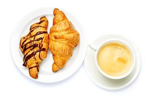 Фотография Кофе Круассан Белом фоне Тарелка Чашке Продукты питания