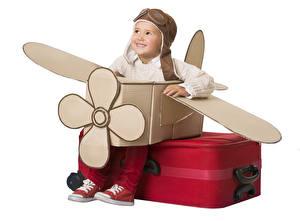 Обои Оригинальные Самолеты Белый фон Мальчики Чемодан Улыбка Шлем Ребёнок