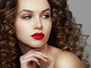Картинки Пальцы Шатенка Лицо Красные губы Волосы Девушки