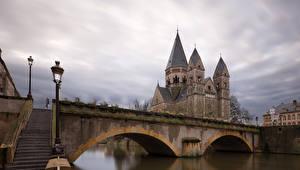 Фотографии Франция Мосты Речка Храмы Здания Лестница Уличные фонари Metz Города