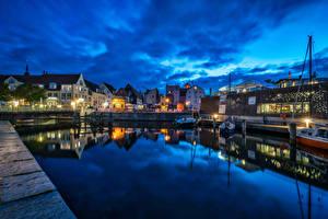 Фото Германия Дома Речка Пирсы Речные суда Ночь Уличные фонари port Stralsund Города