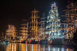 Картинки Германия Речка Пирсы Корабли Парусные Электрическая гирлянда Ночные Bremerhaven Города