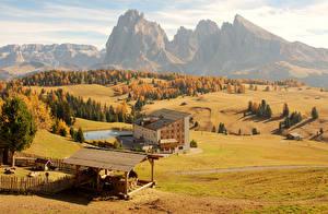 Фотография Италия Осенние Горы Луга Здания Альпы Seiser Alm Природа