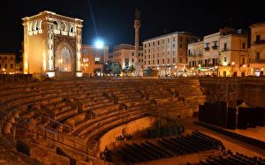 Картинки Италия Здания Лучи света Ночь Lecce Puglia Города